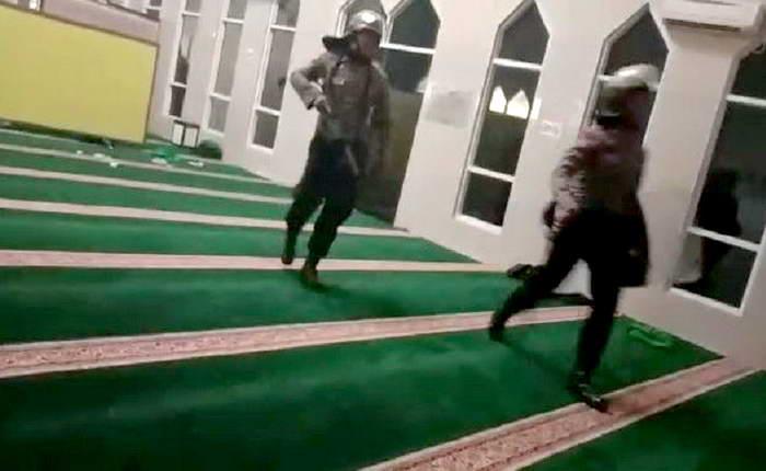 polisi masuk masjid buru mahasiswa - Publiknews