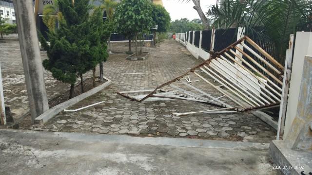 Pagar Kantor PWI Riau Dirusak, Security Dianiaya OTK