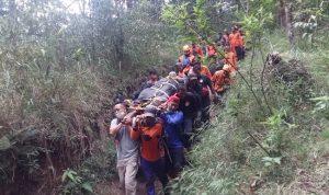 Ditandu, Pendaki yang Terperosok ke Kawah Candradimuka Lawu Berhasil Dievakuasi