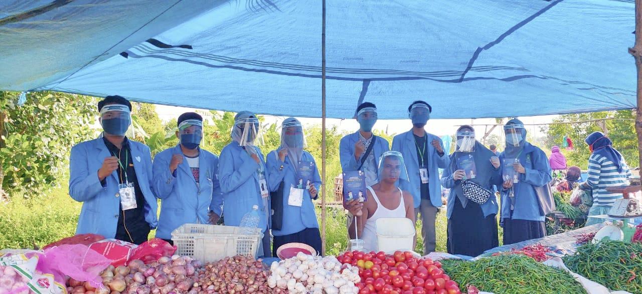 Mahasiswa KKN UIN Suska Riau, Bagikan Face Shield Gratis kepada Pedagang di Pasar Kaget Kelurahan Air Putih