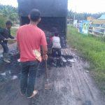 Bentuk Peduli Petani Sawit, Pelaku Usaha ini Timbun Jalan Rusak di Skunder 9 Kampung Tuah Indrapura