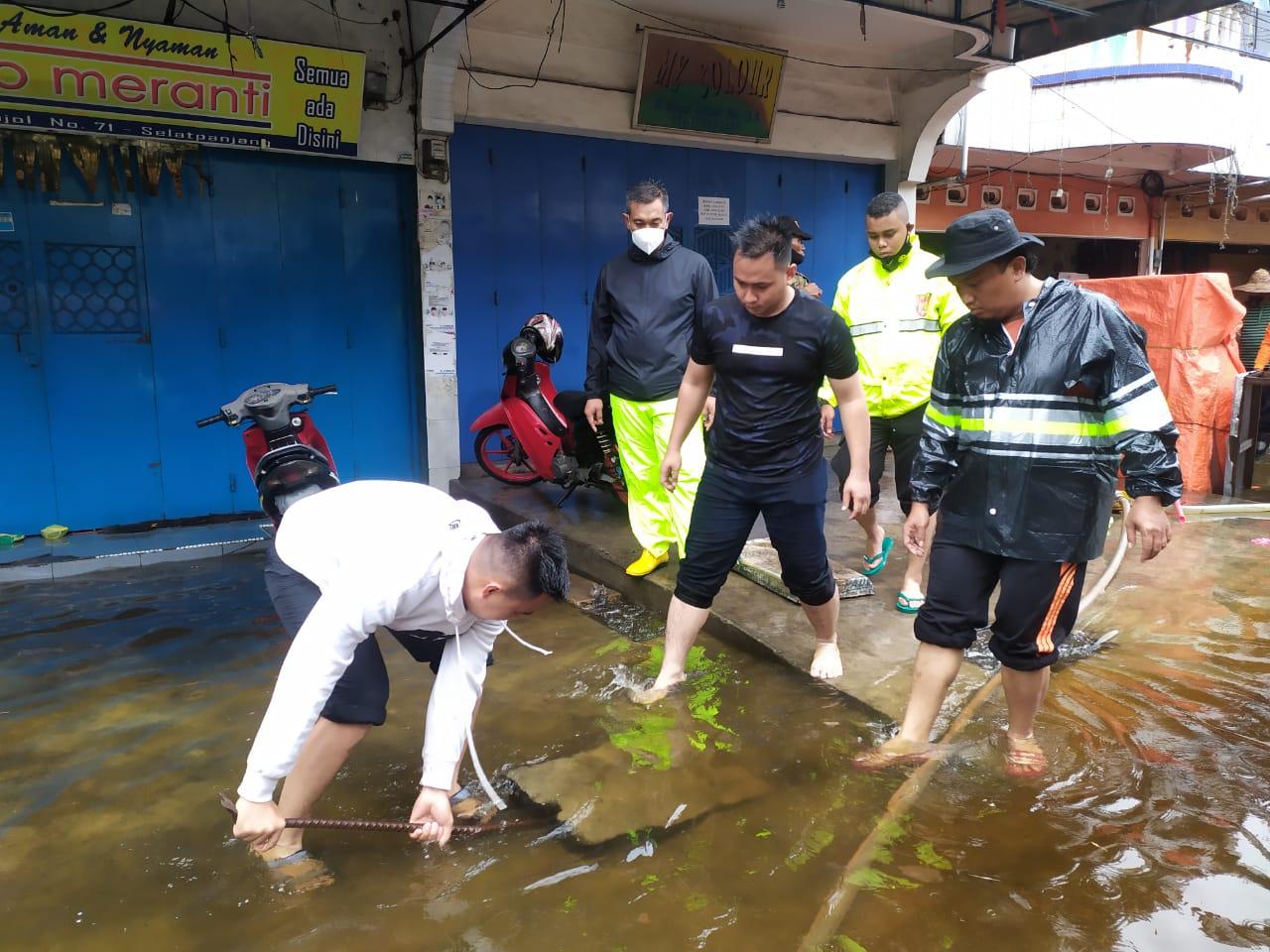 Pantau dan Atasi Banjir di Selatpanjang, Kapolres Meranti Turun ke Lokasi